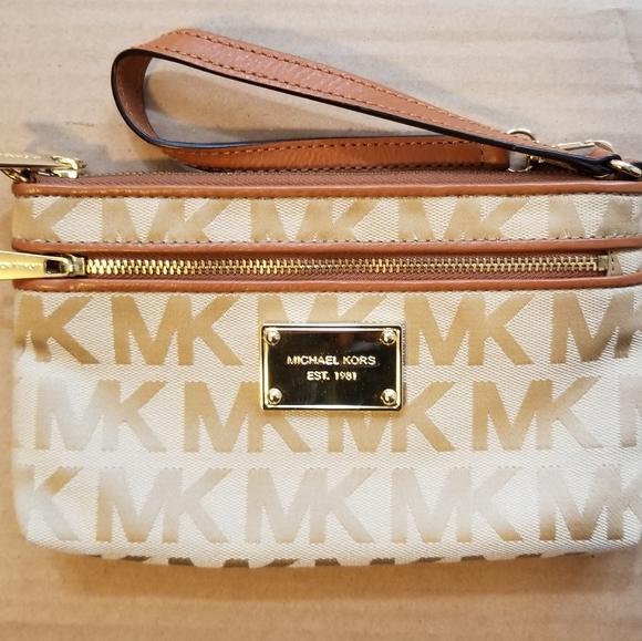 Michael Kors Handbags - BNWOT Michael Kors Wristlet